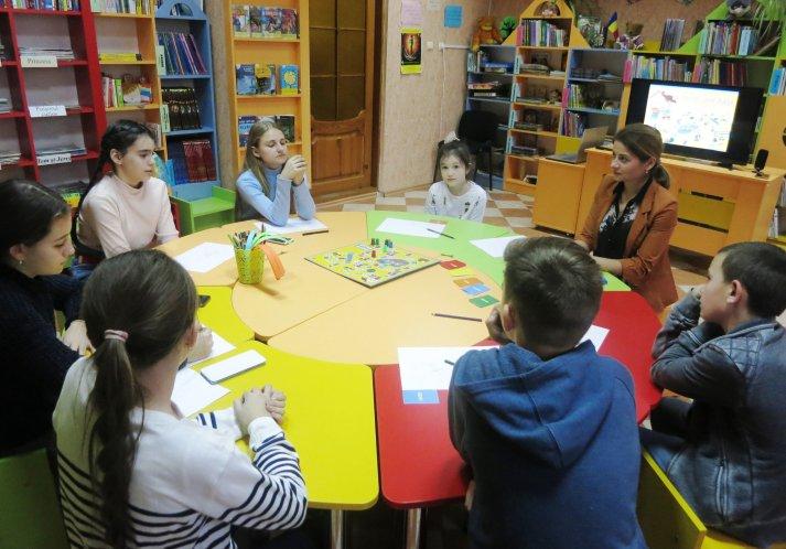 """Lilia Gîțu, șef sector la Biblioteca """"Târgu-Mureș"""" - Lansarea programului educațional prin Jocul de masă """"În drum spre casă"""""""""""